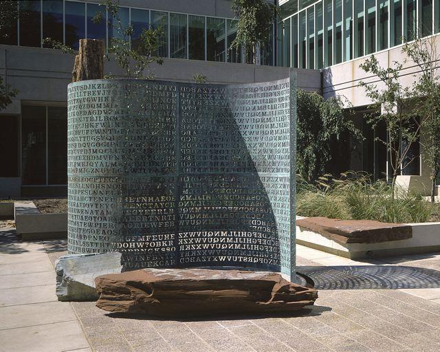 Vor Dem CIA Hauptquartier Steht Eine Skulptur Auf Der Ein Kunstler Vier Krypto Ratsel Verewigt Hat Wahrend Drei Davon Inzwischen Geknackt Sind